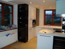 barová vitrína - vysoký lesk, odstín bílá v kombinaci s černými a dýhovanými prvky, pracovní deska - umělý kámen (Bienstone), vestavné spotřebiče Miele