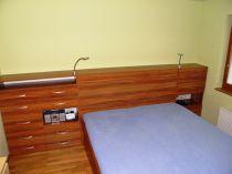 lamino dekor dřeva, úložný prostor za postelí-Praha