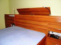 úložný prostor za postelemi, lampičky Rendl led