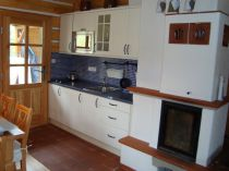 kuchyn v roubence, obklad mozaika,prac.deska postforming,dvířka stříkaná